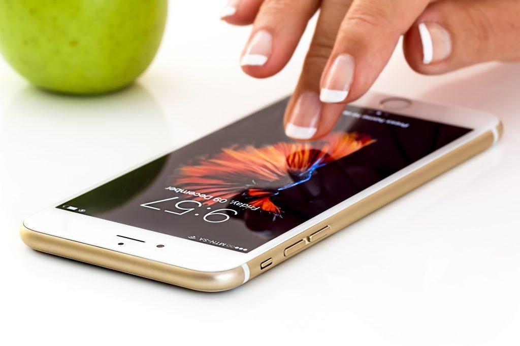 Femme touchant son smartphone